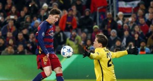 Barcelona's Lionel Messi scores his side's second goal past Roma goalkeeper Wojciech Szczesny during their Group E Champions League soccer match at the Camp Nou stadium in Barcelona, Spain, Tuesday Nov. 24, 2015. (AP Photo/Manu Fernandez)